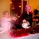 Ученицы воскресной школы раздают чай.