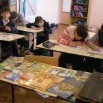 Разукрашивают раскраски с буквицами и находят названия букв в алфавите.